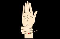 手首を爪楊枝の背でさして気象病を予防する