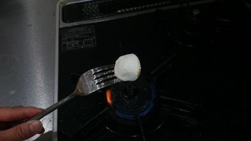 マシュマロを火であぶっている
