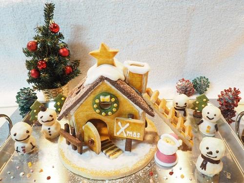 お菓子の家と雪だるまケーキでデコレーション